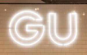 今すぐ買いに走れッ!【GU】の「シアーバックリボンブラウス」が後ろ姿まで完璧