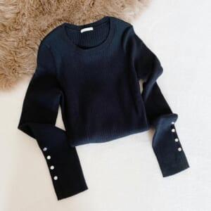 リブ素材で着痩せ効果◎【GU】の「リブボタンセーター」は袖までカワイイ
